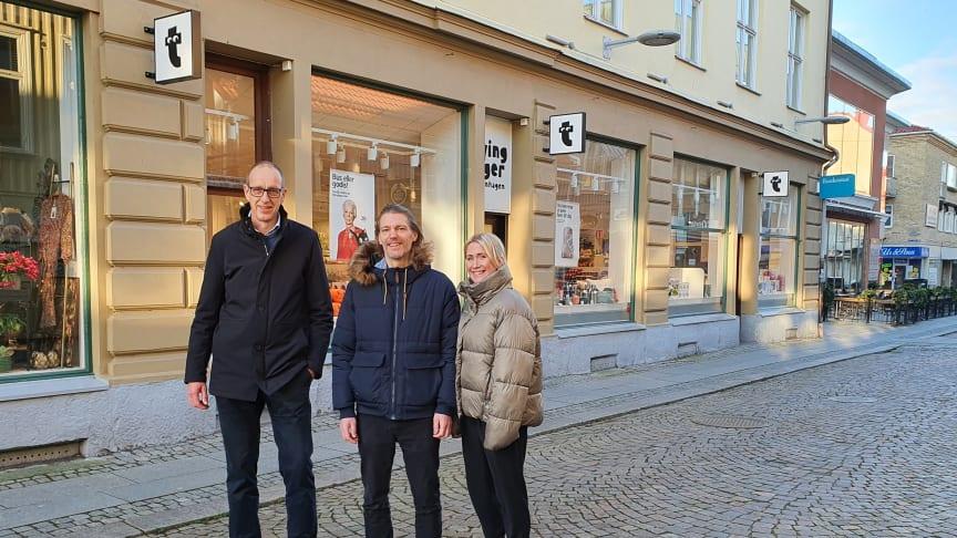 Ingvar Ivarsson centrumchef på Gallerian Storken tillsammans med Lokalens ägare Henrik Nilsson och Jennie Andersson framför den kommande saluhallen.