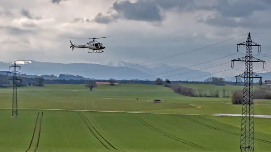 Techniker der Bayernwerk Netz überprüfen Hochspannungsleitungen aus dem Hubschrauber heraus. Die Inspektionen finden in mehreren oberbayerischen Landkreisen statt.