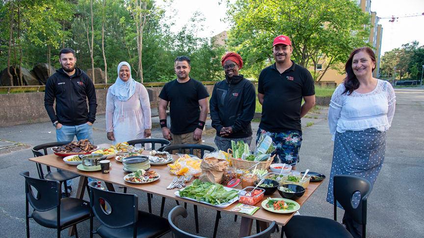 Murat Tlupov, Fatima Maskitou, Youssef Abdulkhaliq, Sarah Nyangena, Ramadan Husein och Indira Sojtaric är några i gänget bakom årets matfestival i Bergsjön.
