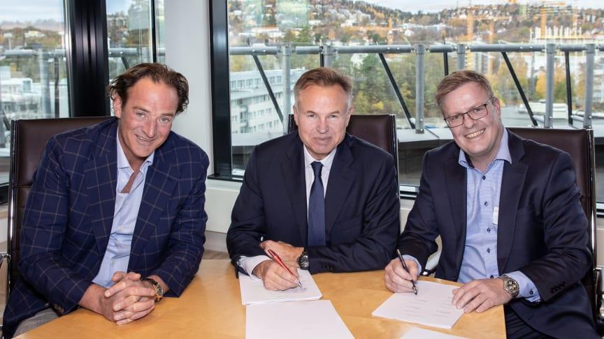 Erlend Sogn, administrerende direktør i Visma Software (til venstre), og Øystein Moan, konserndirektør i Visma (midten), ønsker daglig leder i Websystemer, Aksel Valen, velkommen i Visma