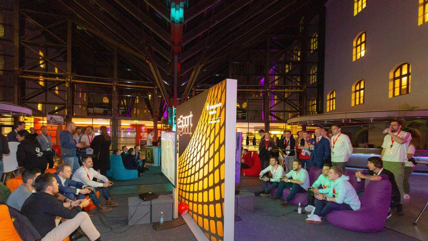 In der Kundenhalle der Stadtsparkasse München findet das erste eSport Fußballturnier mit Kunden, Partnern und Mitarbeitern statt .