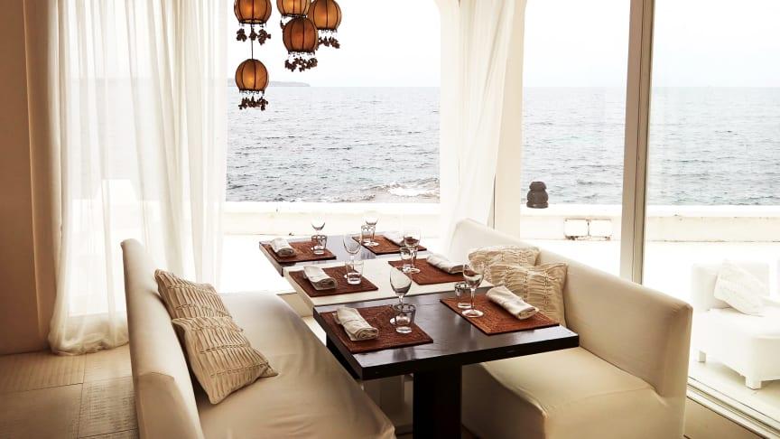 På Puro Beach Club i Playa del Palma spiser man godt tæt på Middelhavets bølger. I denne sommer har selskabet åbnet endnu en beach club i Illetas.