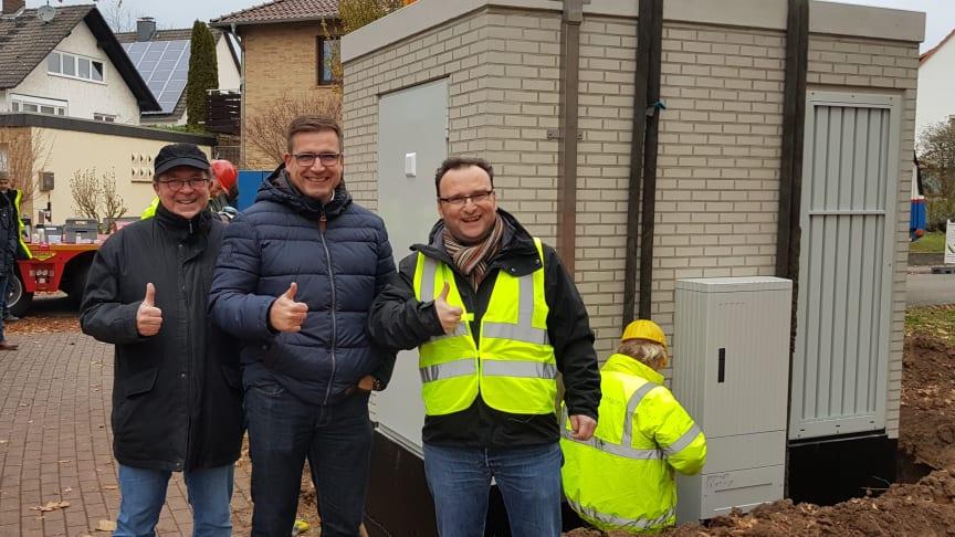 von links:  Jörg Machill (Gemeindevertreter GLE), Carsten Strzoda (Bürgermeister), Markus Lungwitz (Projektleiter Bau Deutsche Glasfaser)