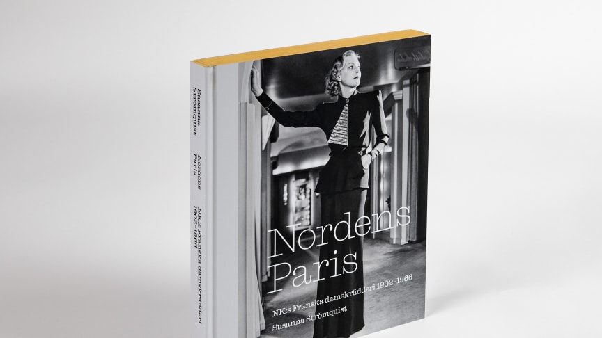 Nordens Paris – berättelsen om NK:s Franska damskrädderi i ett praktverk från Nordiska museet författat av Susanna Strömquist, formgivet av Malmsten Hellberg. Foto Peter Segemark, Nordiska museet
