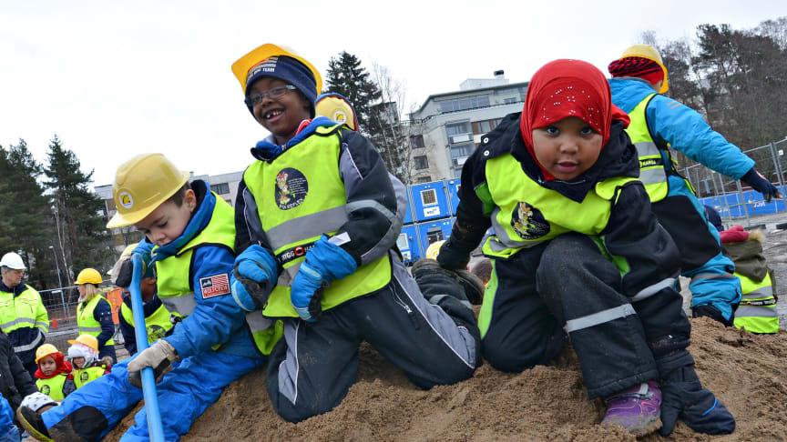 Prydda med gula skyddshjälmar och spadar i högsta hugg tog närmare 30 barn från förskolan de första spadtagen.
