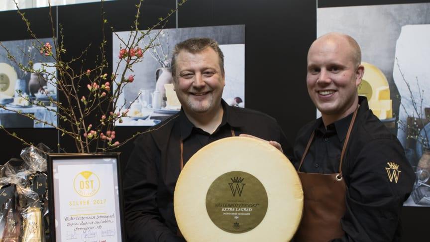 Thomas Rudin och Mattias Norgren är två stolta ostmästare över placering i klassen hårdostar vid Ostfestivalen på Münchenbryggeriet i Stockholm med Västerbottensost Extra lagrad, 24 månader. Foto: Mariann Holmberg