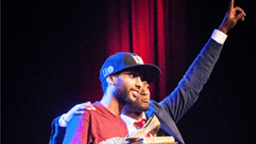 Simon Matiwos, vinnaren i Poetry Slam SM 2015, tar emot priset av Tswi Hlakotsa, som vann 2014. Foto: Sanna Hedlund