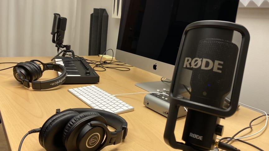 I den nya studion på högskolan i Gävle kan både studenter och personal spela in podcaster och redigera ljud och film. Poddstudion är resultatet av ett samverkansprojekt mellan Folkuniversitetet och Högskolan i Gävle. Foto: Åke Wall