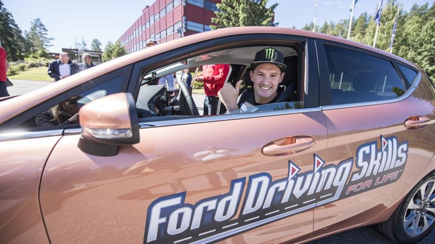 Ford Motor Norge og If lanserer et unikt opplæringsprogram - Ford Driving Skills for Life - for ungdom i alderen 18 - 24 år. Ambassadør og rallycrossfører Andreas Bakkerud demonstrerer konsekvensene ved bruk av mobil under kjøring.