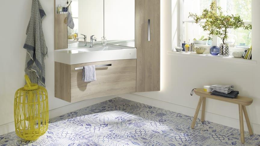 Die Sys30-Ecklösung von burgbad ist ein Möbel, das Waschtisch, Schränke, Spiegel und Beleuchtung zu einer kompakten Einheit zusammenfasst. (Foto: burgbad)