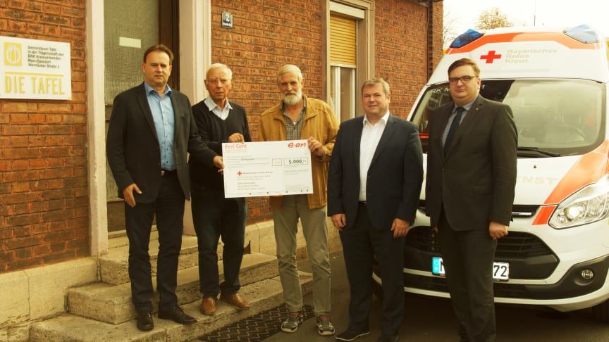 Thomas Spang (2. v. r.) und Horst Heid (l.) vom Bayernwerk übergeben den RestCent-Scheck für die Gemündener Tafel an Thomas Schlott (r.), den Kreisgeschäftsführer des Bayerischen Roten Kreuzes.