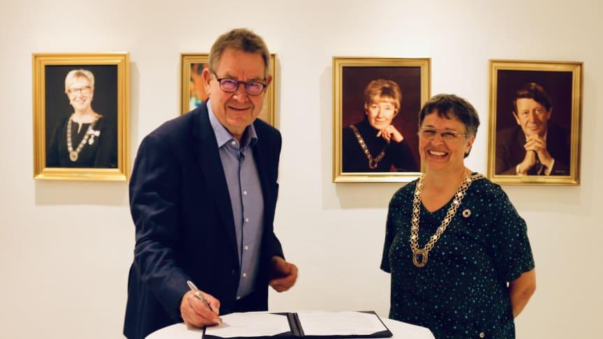 Stifter og protektor for headspace Danmark Poul Nyrup Rasmussen underskriver samarbejdsaftalen, mens borgmester i Gladsaxe Kommune Trine Græse smilende ser til.