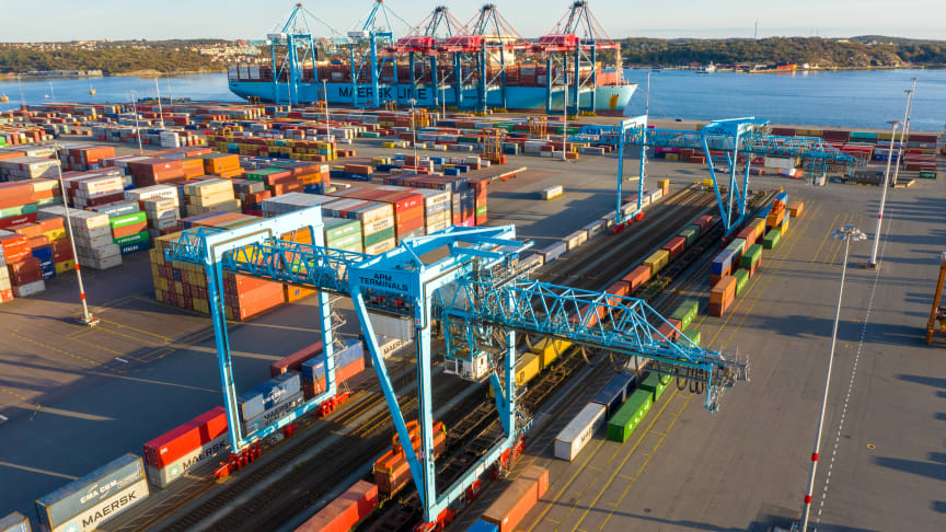 After making the 1400-kilometre journey from the town of Piteå just south of the Arctic Circle, the trains roll directly into the Port of Gothenburg container terminal. Photo: Gothenburg Port Authority.