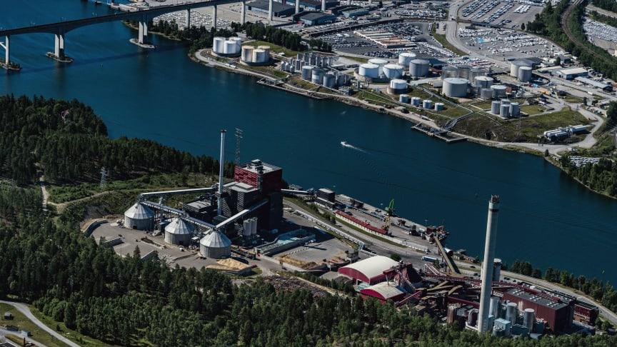 Söderenergis fjärr- och kraftvärmeanläggning i Södertälje, Igelstaverket och Igelsta hamn. Över kanalen ser vi delar av Södertälje hamn.