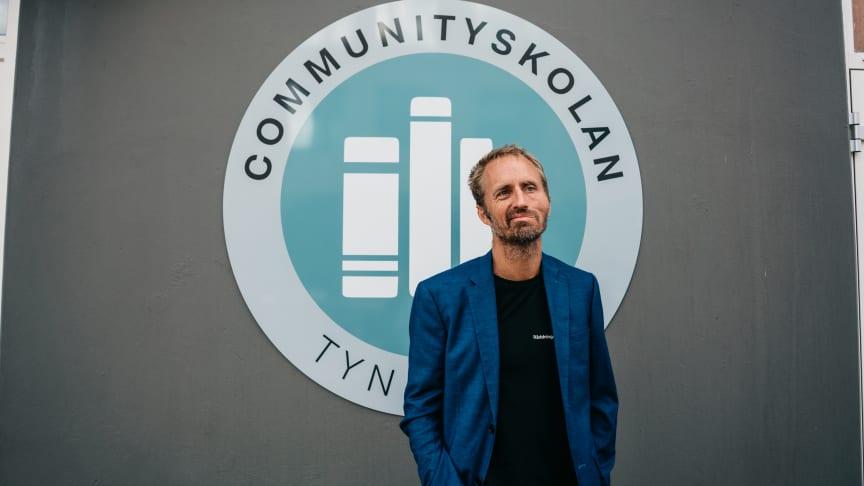 Drömmen om en skola har funnits länge inom organisationen och särskilt hos direktor Emil Mattsson som själv tidigare jobbat som rektor på gymnasieskolan Mikael Elias.