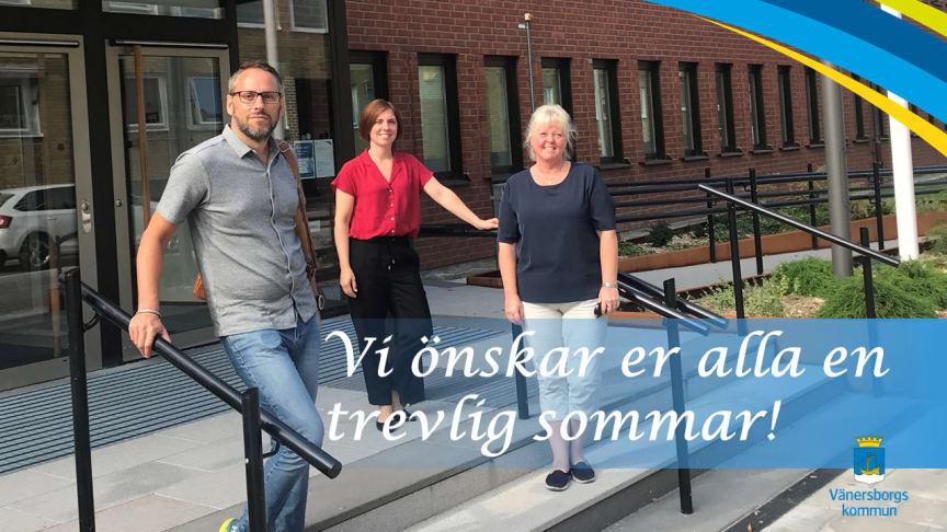 Näringslivsavdelningen i Vänersborg samlad framför kommunhusets entré