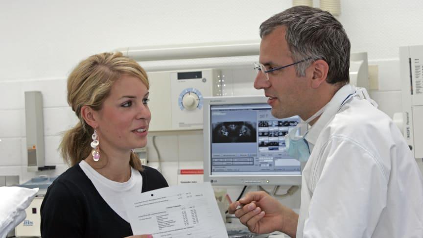 Wer beim Zahnarzt Leistungen außerhalb des Kataloges der sogenannten Regelversorgung der Krankenkassen in Anspruch nimmt, muss mit hohen Eigenbeteiligungen rechnen.