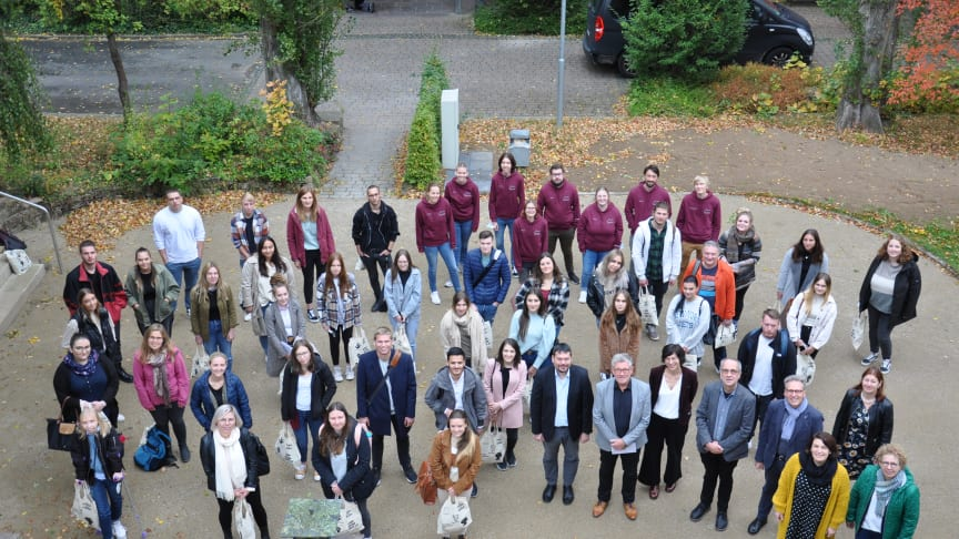 Endlich wieder Lehre in Präsenz: Die neuen Studierenden der EHD am Standort Schwalmstadt auf dem Campus der Hephata Diakonie.