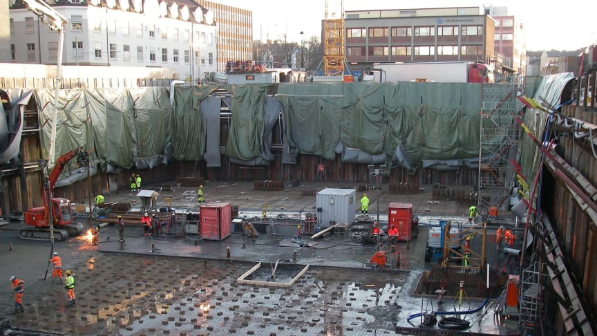 Excavations for the foundation of a new building in a city centre require assessment and measures to prevent damage to the adjacent neighbouring buildings and infrastructure