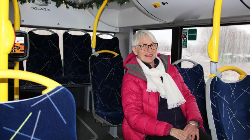 Bussresenären Doris Hed uppskattar julpyntet ombord. Foto:  Västtrafik