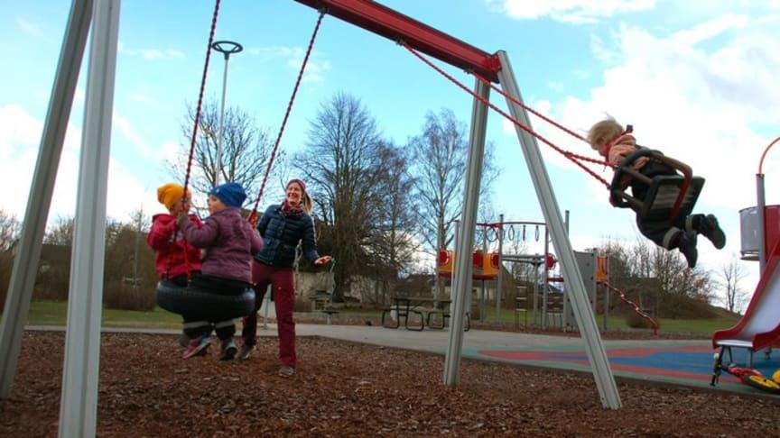 Anne Frandsen och hennes barn är flitiga besökare av lekplatsen vid Ramshögsvägen i Döjsebro. Tack vare Annes e-förslag har lekplatsen fått belysning och dessutom kommer fler lekplatser att ses över för att kunna användas mer.