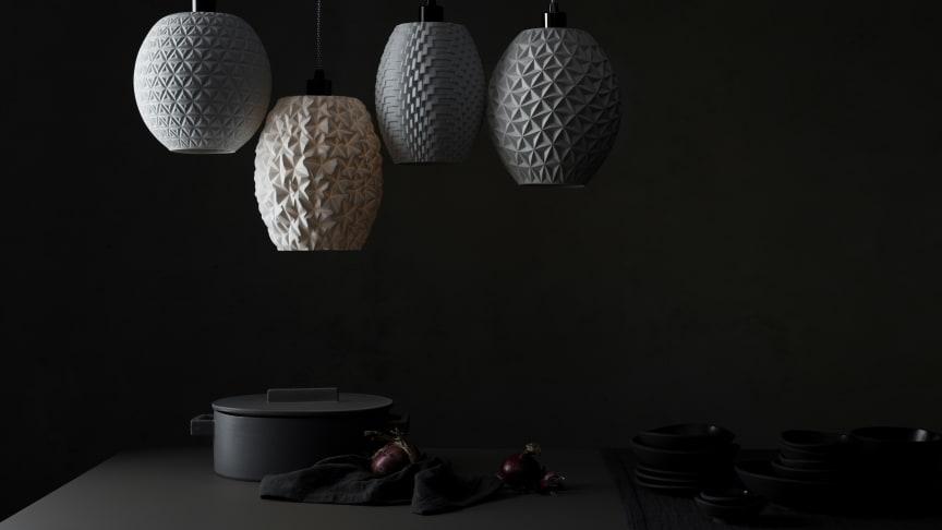 Die skulpturalen Porzellankörper sind als außergewöhnliche Lampenschirme auch ein Highlight im Interior Bereich.