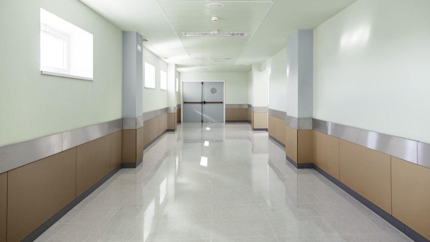 De Sikkens ColourFutures™ kleuren zijn toepasbaar in elke sector. Dé Sikkens Kleur van het Jaar Brave Ground™ in combinatie met Tranquil Dawn™ van 2020 zorgen in dit ziekenhuis voor een rustige uitstraling.