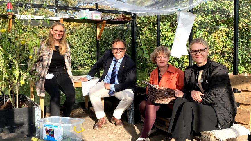 Johanna Gunnarsson, Niklas Wikström, Birgitta Vuorinen och Pernilla Lörner samlade i förskolan Dirigentens fina växthus.