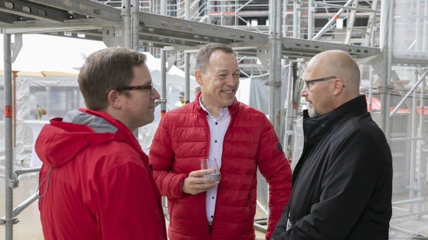 Pre-Opening Manager des neuen Hotels Heiko Kain im Gespräch beim Richtfest des Scandic Hafenpark Frankfurt