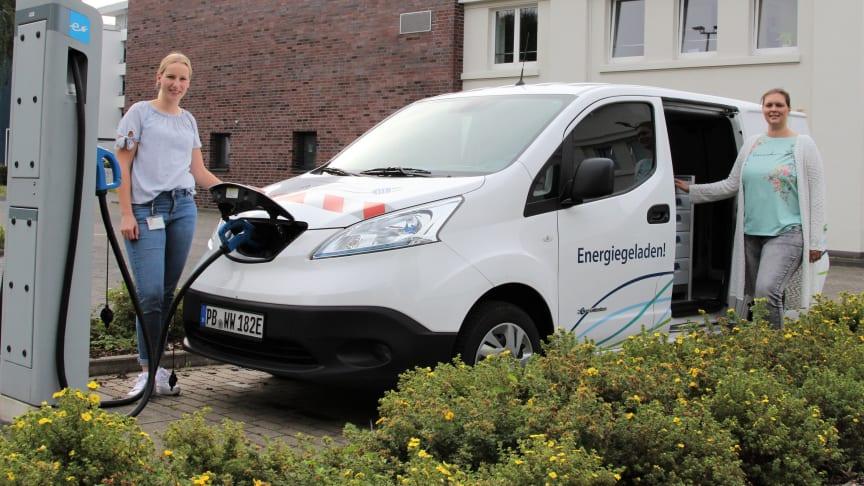 Leonie Riekschnietz, Westfalen Weser Netz, übergibt den E-Transporter vollgetankt an Maren Scheffler, Klimaschutzagentur Weserbergland.