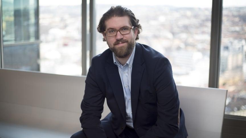 Mixed reality-ekspert Scott Leaman i Sopra Steria Norge sier at de nye HoloLens-brillene vil vil ta hologrammer i blandet virkelighet inn i en rekke nye bransjer og arbeidssituasjoner – i en mye større skala enn tidligere. Foto: Sopra Steria