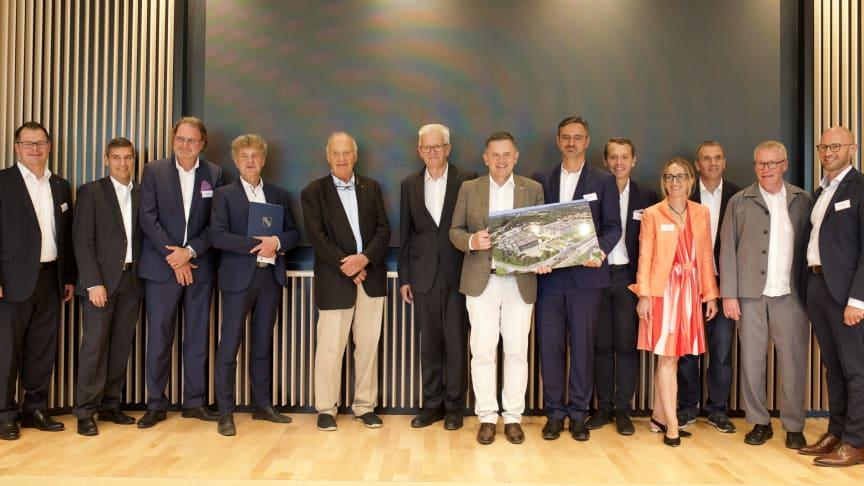 Gemeinsam eröffneten Ministerpräsident Winfried Kretschmann, Oberbürgermeister Dr. Frank Mentrup, Architekt Arno Lederer, dm-Gründer Prof. Götz W. Werner und die dm-Geschäftsführung die neue Unternehmenszentrale