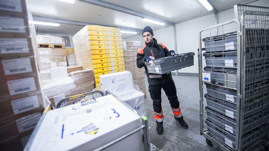Jakob Ek vid Luleå mejeri rangerar frysta varor som levereras till kunder i Norrbotten tillsammans med andra kylda livsmedel. Foto: Per Lundström