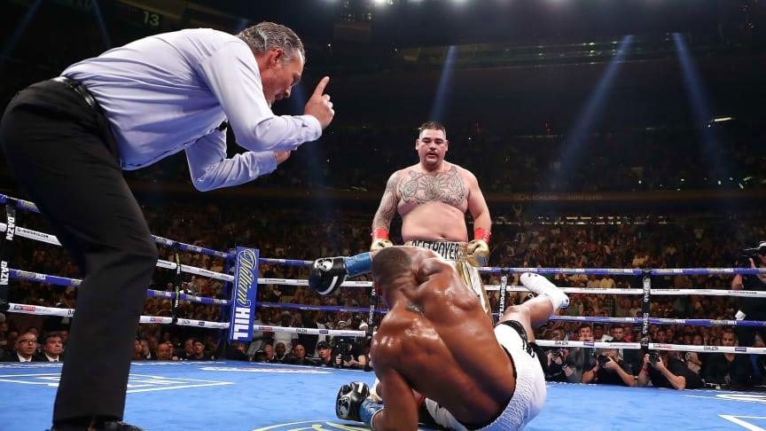 RETURMATCH: Anthony Joshua ble overraskende sendt i kanvasen av Andy Ruiz da de to boksestjernene møttes i sommer. Lørdag vil briten ha hevn.