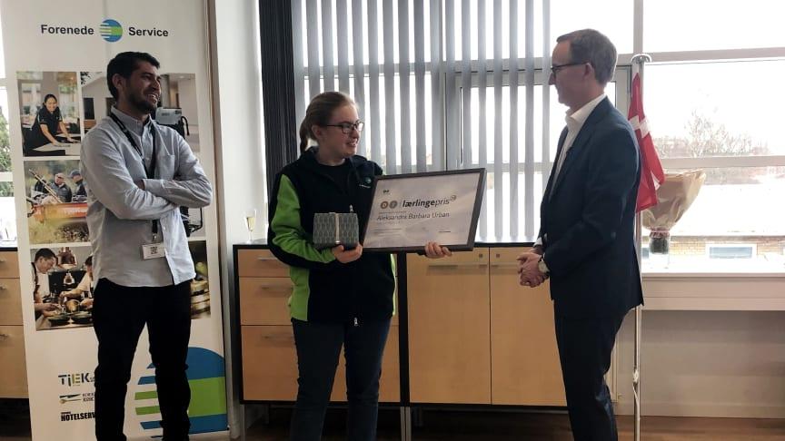 Aleksandra Urban er den første rengøringstekniker, der modtager DI's lærlingepris.