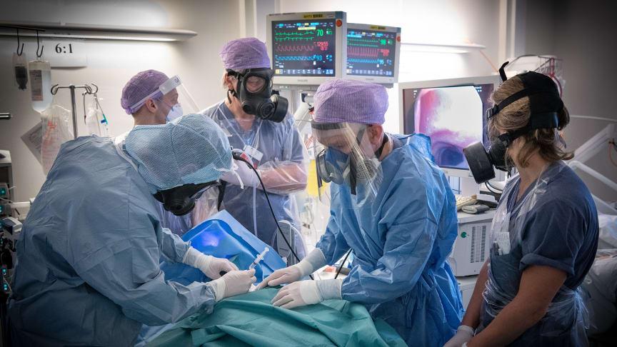 Förberedelse inför tracheostomi på MIVA. Foto: Clas Fröhling, Fotogruppen Södersjukhuset.