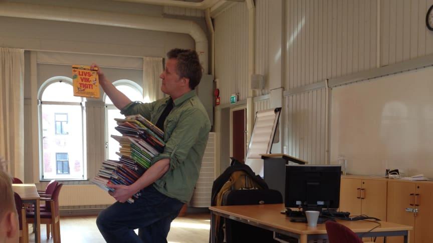 Författaren Dan Höjer visar sina böcker för elever 2017. Foto: Bodil Alvarsdotter