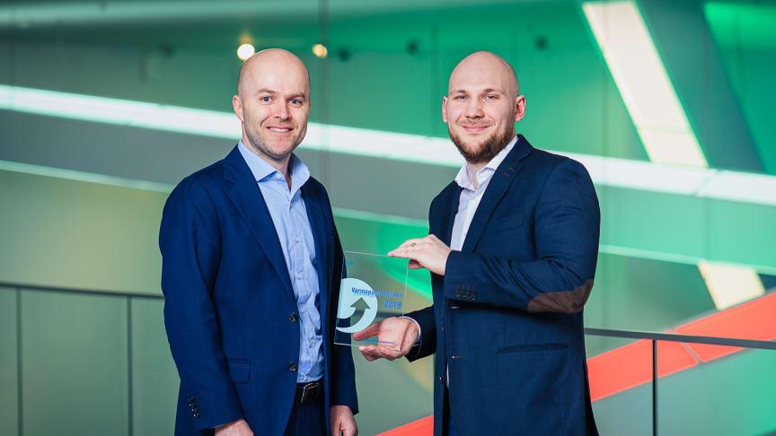 – Inspirasjon til å jobbe videre, sier energispesialist Kim Andre Lovas (til høyre) i Tine om prisen fra Norsk Varmepumpeforening ved Rolf Iver Mytting Hagemoen.