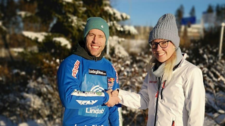 Vasemmalla Antti Tolvanen ja oikealla Cramo Finland Oy:n markkinointipäällikkö Kaisa Tiira-Vahala.