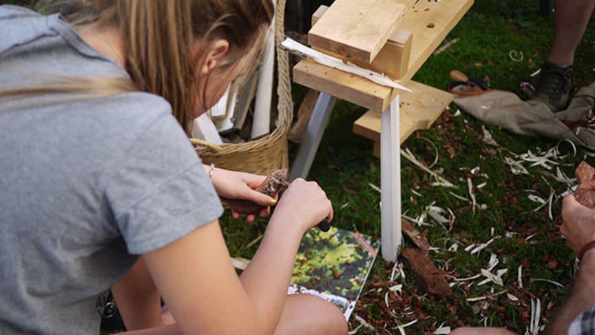 I vår Slöjdkalender på hemslojden.org kan du söka och hitta aktiviteter nära dig. Det är alltifrån knivslipning, prova-på-smide, hållbarhetskiosk och Moradräktsfix! Foto: Per Björklund/Hemslöjden