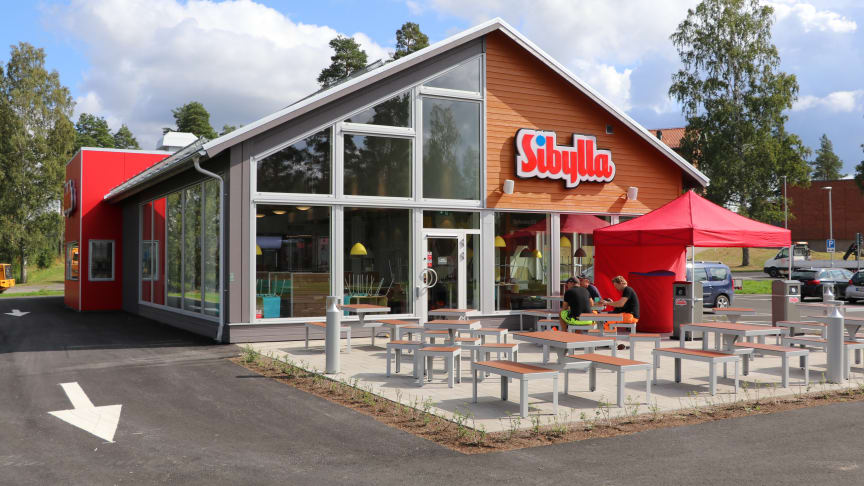 Sibylla Hofors är byggd enligt Sibyllakedjans nya husmodeller och efter Sibylla Askersund blir detta den andra restaurangen i sitt slag i Sverige.