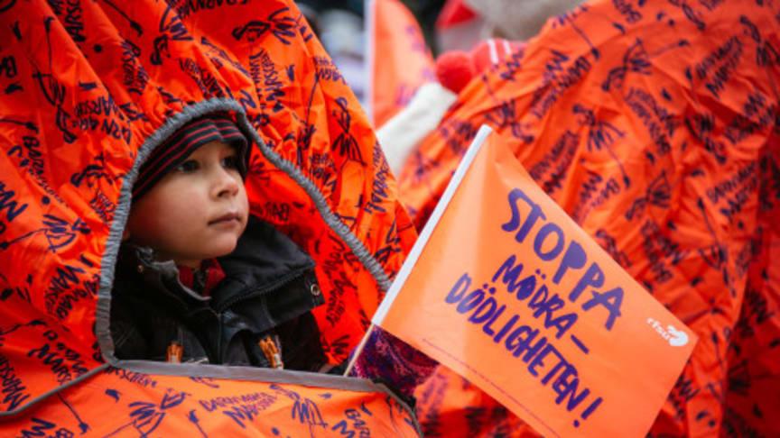 Tusentals går Barnvagnsmarschen på lördag
