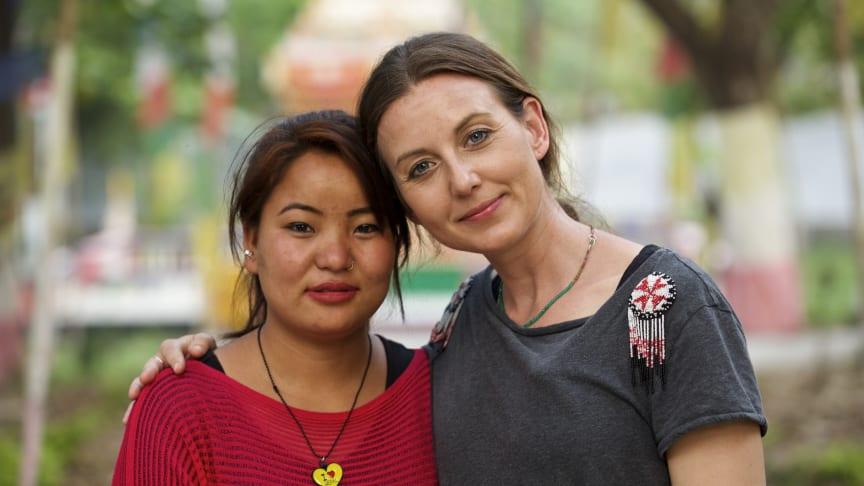 Sanna Lundell med Dhurga som räddades från trafficking