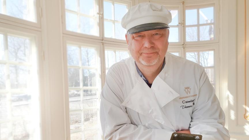 Ostmästare Thomas Rudin ger sitt godkännande till Västerbottensost® i skivor. Enkelt och smidigt med samma unika smakupplevelse. Foto: Västerbottensost®
