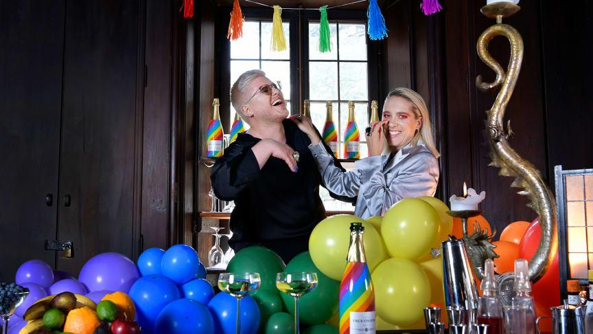 SYLVE & Julia Alfrida spelade in den internationella pridelåten LEGACY på Högberga Gård. Idag har musikvideon premiär på Youtube.Fotograf: Maria Östlin
