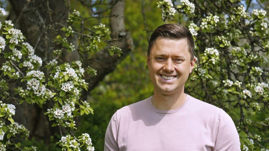 Per Skoglund programleder TV4-sändningarna under elitloppshelgen. Foto: Maria Holmén/ATG.
