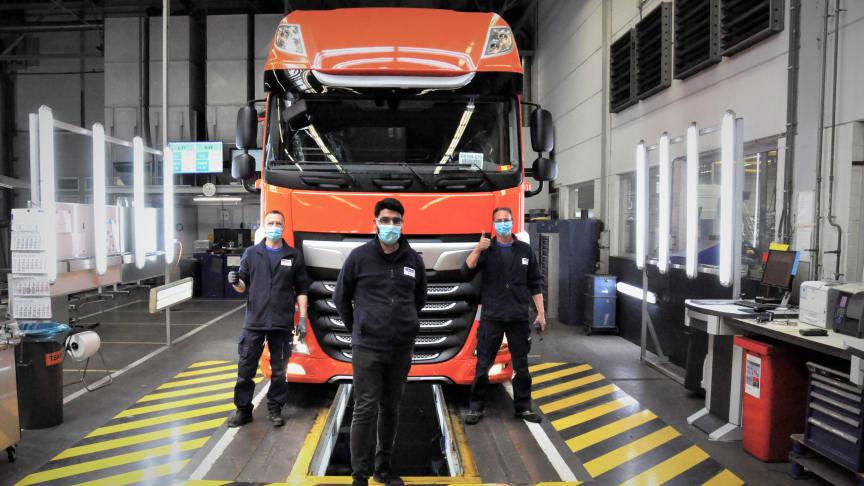 DAF-lastbilsproduktionen rullar igen. Under de senaste fyra veckorna har fabrikerna infört nya åtgärder inom hygien och social distans. Som en försiktighet bär produktionspersonalen nu ansiktsmasker.