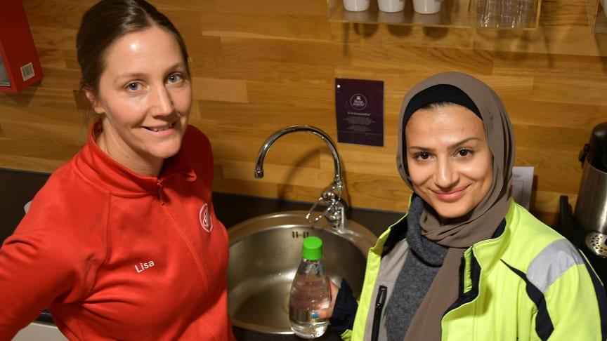 Så här såg det ut i Örnsköldsvik i morse när tävlingsvattnet tappades upp i den Kranmärkta verksamheten hos Friskis & Svettis. På bilden Lisa Holmgren, Friskis & Svettis och Óla Shahrour, kvalitets- och miljöansvarig för VA hos MIVA.