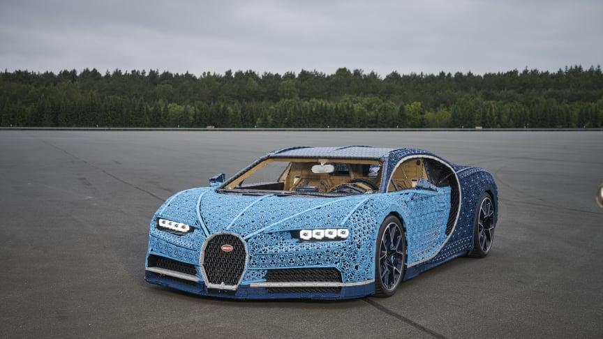 En Bugatti Chiron byggd helt i LEGO® Technic™ bitar, med plats för två fullvuxna passagerare