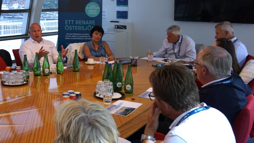 Round Table-diskusson om hur man kan arbete mot ett renare Östersjön.